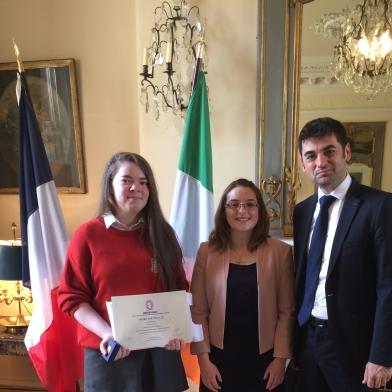 De gauche à droite : Eimear HEARNE (Premier prix du concours 2017), Mme Helena HOGAN (son enseignante de français) et M. Loïc GUYON (Président de l'AMOPA Irlande)